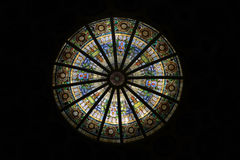 Bild eines mehrfarbigen Buntglasfensters mit regelmäßigem Block Lizenzfreie Stockfotos