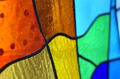 Bild eines mehrfarbigen Buntglasfensters mit unregelmäßigem Block Stockfotografie