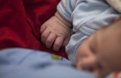 Bild eines neugeborenen Babys, das auf Decke schläft Stockfotos