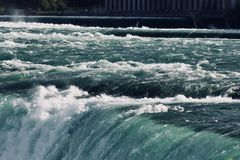 Bild eines schönen Randes eines Wasserfalls Stockbild
