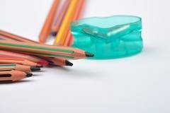 Bild einiger Bleistifte mit Streifen von verschiedenen Farben und von Stift Lizenzfreie Stockfotografie