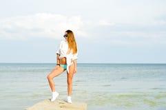 Bild entspanntes sexi dunkler blonder weiblicher Stellung Stockbilder
