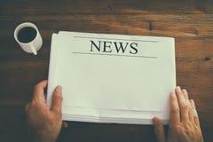 bild för bästa sikt av den manliga tidningen för handinnehavmellanrum med tomt utrymme som tillfogar nyheterna eller text retro r royaltyfri fotografi