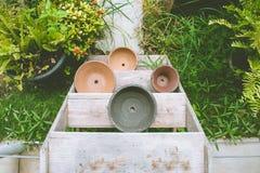 Bild för bästa sikt av den tomma blommalerakrukan på trähylla på den utomhus- trädgården arkivfoton