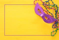 Bild för bästa sikt av maskeradbakgrund Lekmanna- lägenhet Mardi Gras berömbegrepp royaltyfria foton