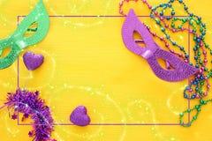 Bild för bästa sikt av maskeradbakgrund Lekmanna- lägenhet Mardi Gras berömbegrepp arkivfoton