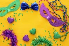 Bild för bästa sikt av maskeradbakgrund Lekmanna- lägenhet Mardi Gras berömbegrepp royaltyfri foto