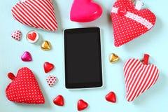 Bild för bästa sikt av minnestavlan, färgrika hjärtaformchoklader, tyghjärtor på träbakgrund Valentin begrepp för dagberöm Arkivbilder