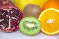 Bild för bästa sikt av sunt äta med nya frukter som isoleras på vit bakgrund royaltyfri fotografi