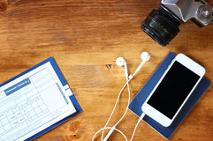 Bild för bästa sikt av telefonen med den tomma skärmen, det gamla kamerapasset och flyglogipasserandet Royaltyfri Foto