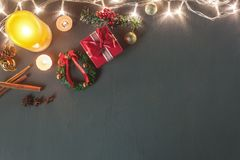 Bild för bästa sikt för tabell av begreppet för bakgrund för julgarnering & för lyckligt nytt år för prydnad Arkivfoton
