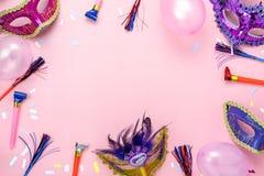 Bild för bästa sikt för tabell flyg- av den härliga färgrika karnevalsäsongen eller Mardi Gras för fotobåsstötta bakgrund royaltyfri foto