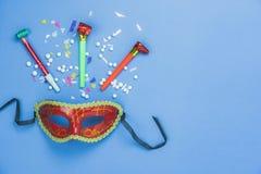 Bild för bästa sikt för tabell flyg- av den härliga färgrika karnevalsäsongen eller Mardi Gras för fotobåsstötta bakgrund arkivbilder