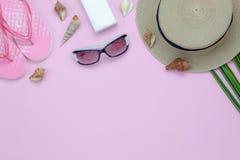 Bild för bästa sikt för tabell flyg- av kvinnakläder för loppstrand i sommarferie royaltyfria bilder