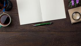 Bild för bästa sikt för tabell som flyg- är stationär på kontorsskrivbordet Arkivfoton