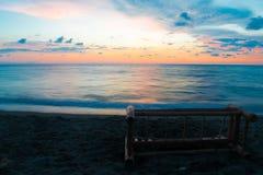 Bild för bakgrund för exponering för solnedgång för hav för sommardag lång arkivfoton
