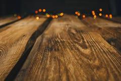 bild för bakgrundsbegreppsenergi tapeter på skrivbordet i stilen för nytt år Träfotobakgrund med girlander och bokeh på svart royaltyfri fotografi