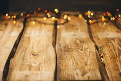 bild för bakgrundsbegreppsenergi tapeter på skrivbordet i stilen för nytt år Träfotobakgrund med girlander och bokeh på svart arkivfoton