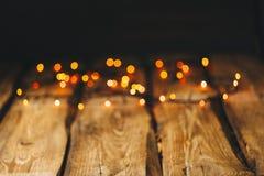 bild för bakgrundsbegreppsenergi tapeter på skrivbordet i stilen för nytt år Träfotobakgrund med girlander och bokeh på svart arkivbild