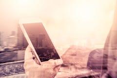 Bild för dubbel exponering av kvinnan som använder mobiltelefonen arkivfoto