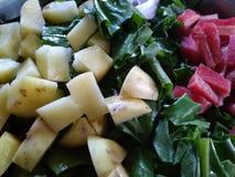 Bild för grönsak för lök för spenatmorotpotatis royaltyfri bild