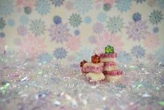 Bild för julmatfotografi av engelska gammalmodiga fester för kokosnötis med garneringar för exponeringsglasgåvaträd royaltyfria bilder
