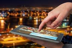 Bild för komposit 3d av affärskvinnahanden genom att använda den digitala minnestavlan Arkivbilder
