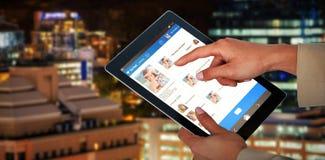 Bild för komposit 3d av affärskvinnan som använder den digitala minnestavlan Royaltyfri Foto