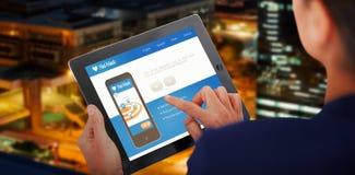 Bild för komposit 3d av affärskvinnan som arbetar på den digitala minnestavlan över vit bakgrund Arkivbild