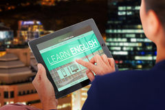 Bild för komposit 3d av affärskvinnan som arbetar på den digitala minnestavlan över vit bakgrund Royaltyfria Bilder