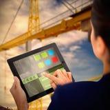 Bild för komposit 3d av affärskvinnan som arbetar på den digitala minnestavlan över vit bakgrund Royaltyfri Bild