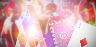 Bild för komposit 3d av att le vänner som dansar på dansgolv Royaltyfri Bild