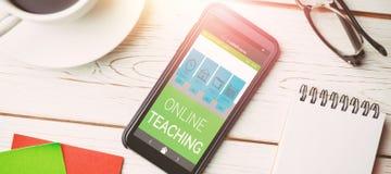 Bild för komposit 3d av den digitala bilden av online-utbildningsmanöverenheten på skärmen Royaltyfri Foto