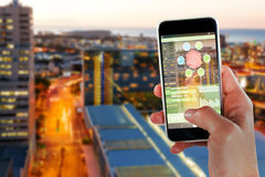 Bild för komposit 3d av den kantjusterade bilden av den smarta telefonen för handinnehav Royaltyfri Foto