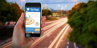 Bild för komposit 3d av den kantjusterade smarta telefonen för handinnehav Arkivfoton
