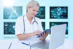 Bild för komposit 3d av den kvinnliga doktorn som använder den digitala minnestavlan Royaltyfri Foto
