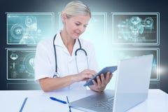 Bild för komposit 3d av den kvinnliga doktorn som använder den digitala minnestavlan Arkivfoton