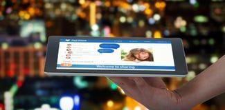 Bild för komposit 3d av den mänskliga handen som rymmer den digitala minnestavlan mot vit bakgrund Royaltyfri Bild