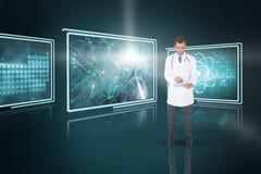 Bild för komposit 3d av den stiliga doktorn som använder minnestavlaPC Royaltyfri Fotografi
