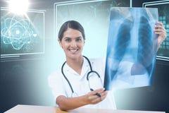 Bild för komposit 3d av den undersökande bröstkorgröntgenstrålen för kvinnlig doktor Arkivbild