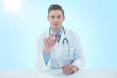 Bild för komposit 3d av doktorn som använder den digitala minnestavlan mot vit bakgrund Fotografering för Bildbyråer