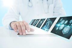 Bild för komposit 3d av doktorn som använder den digitala minnestavlan mot vit bakgrund Royaltyfri Foto