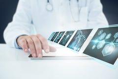 Bild för komposit 3d av doktorn som använder den digitala minnestavlan mot vit bakgrund Arkivfoton