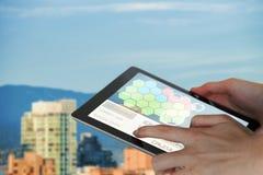 Bild för komposit 3d av närbilden av affärskvinnan som rymmer den digitala minnestavlan Arkivfoto