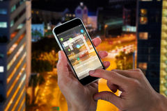 Bild för komposit 3d av närbilden av kantjusterade händer som rymmer mobiltelefonen Arkivbild