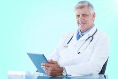 Bild för komposit 3d av ståenden av den säkra manliga doktorn som använder den digitala minnestavlan Royaltyfri Fotografi