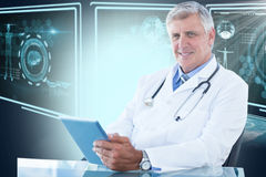 Bild för komposit 3d av ståenden av den säkra manliga doktorn som använder den digitala minnestavlan Arkivbild