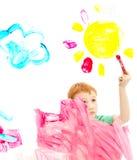 Bild för konst för pojkebarnmålning på fönster royaltyfri fotografi