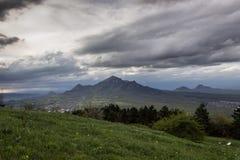 Bild för kontrast för träd för gräs för moln för bergmaxima Royaltyfri Foto