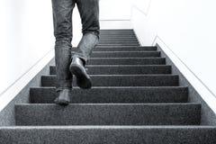Bild för låg vinkel av mannen som uppför trappan går på inomhus arkivfoto